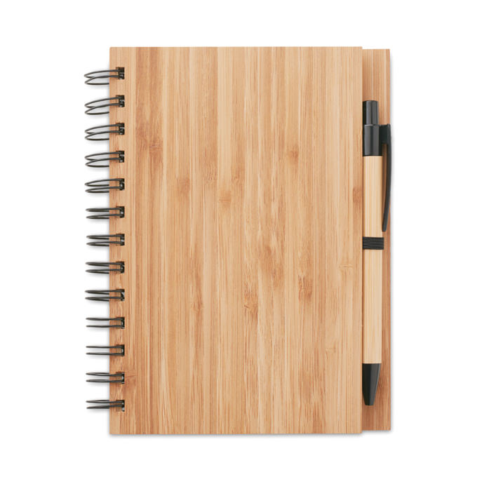 Notebook A5 con cover in bamboo, 70 pagine in carta riciclata. Include penna con corpo in bamboo, punta e clip in ABS.