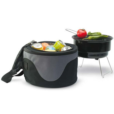 Borsa termica con all'interno barbecue in metallo.
