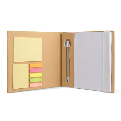 Notebook in carta riciclata, con stick notes, penna in carta e blocco bianco.