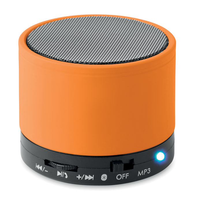 Speaker bluetooth 2.1 in ABS con finitura gommata e LED.  Include una porta per SD e un cavo AUX/USB. Batteria ricaricabile al litio da 450mAh.Microfono per parlare al telefono.